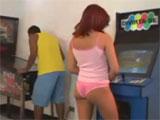 La chica del salon de los juegos recreativos