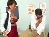 La profesora madura y el tonto de clase
