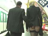 Se liga a una madurita en el metro