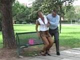 Papa ayuda a una mujer que se ha desmayado