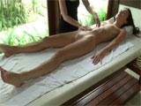 Sensual y relajante masaje a una jovencita