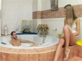 Se mete en el baño de un amigo