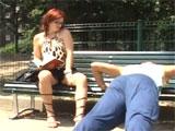 Chuleando delante de una madura en el parque