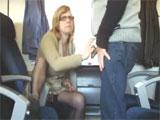 Madura chupando polla en el tren