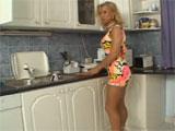 Me enrollo con mama en la cocina