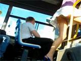 Se sube al autobus y la vemos todo