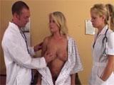El ginecologo se tira a su madurita paciente