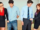 Las secretarias 'peloteando' a los jefes