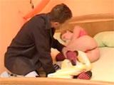 Intenta verle el coño a su hermanastra dormida