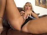 La madura se masturba delante de su hijo