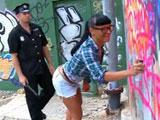El policia la pilla haciendo graffitis ilegalmente