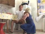 Mi tia se lanza a por mi polla en la cocina