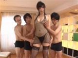 Milf japonesa con tres universitarios