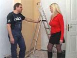 La señora de la casa ligando con el pintor