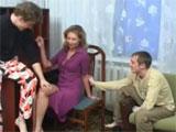 Metiendole mano a mamá