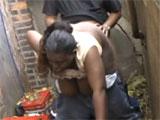 Dos mendigos follando en un callejon
