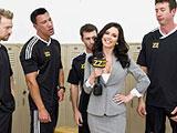 La periodista y el equipo de futbol