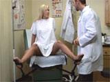 Jovencita en su primera visita al ginecologo