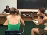 Se tira en clase a dos alumnas repetidoras