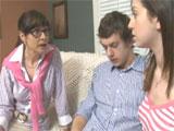 La madre se folla a su hija y al novio de esta