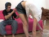 Le levanta la falda a la señora de la limpieza madura