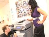 Ligando en la sala de las fotocopias