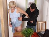 Le levanto la falda a mi suegra