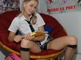 Joven colegiala castigada en su habitación