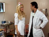 Le enfermera y el doctor se enrollan en el hospital