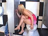 Sexo en el baño de un centro comercial