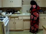 Pillo a mi tia sola en la cocina