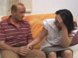 Padre consolando a su hija