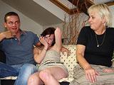 Emborracha a su hija y al novio para follarselos