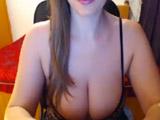 Jovencita tetona se exhibe en la webcam porno