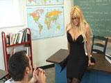 La profesora de ingles da una lección de sexo