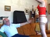 El abuelo se vuelve loco cuando ve a su nieta