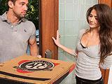 Se aprovecha del repartidor de pizzas
