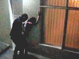 Les graban follando en la calle en plena noche