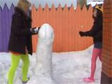 Dos jovencitas jugando en la nieve