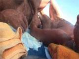 Se masturban en una playa nudista