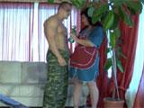 Al joven le excita la señora de la limpieza