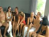 Un grupo de amigos en una orgia porno