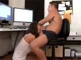 Una mamada a su chico mientras trabaja