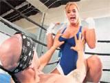 Shyla Stylez follandose al monitor del gimnasio
