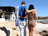 Sexo en la playa frente a una terraza