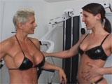 Mujeres musculadas se lo montan en el gym