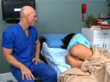 El enfermero de guardia y la joven paciente