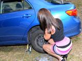 Parece que la joven ha pinchado una rueda