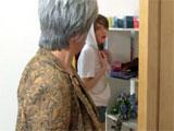 La abuela pilla a la nieta fumando