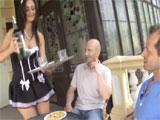 La camarera del selecto club privado